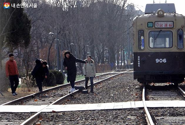 경춘선 열차가 다니던 철길이 사람이 거닐 수 있는 `경춘선 숲길공원`로 바뀌었다