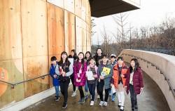 서울시 홍보대사 장윤주 씨를 인터뷰하기 위해 모인 어린이 기자들