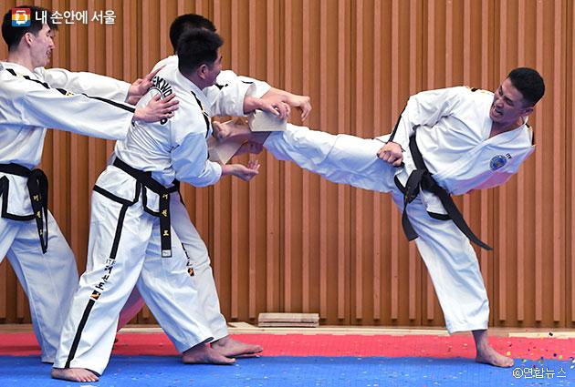 북한 ITF 시범단은 6~10cm 두께의 송판 격파를 선보였다