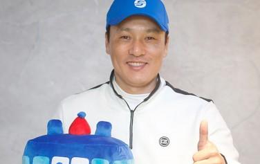 지하철 안전 홍보 재능기부에 참여한 이승엽 KBO 홍보대사가 서울교통공사 캐릭터 `또타(TTOTA)`와 함께 환하게 웃고 있다