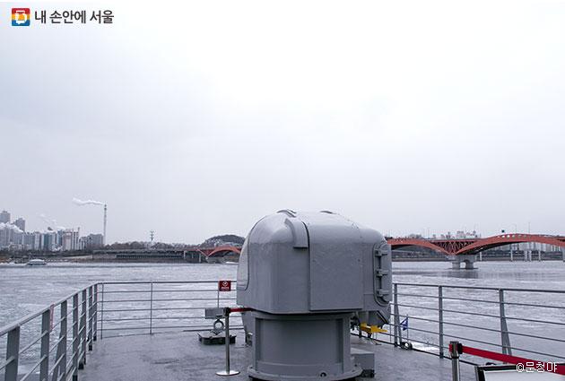 서울함 갑판에 올라 바라본 한강 풍경