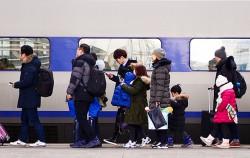서울역 승강장에 대기 중인 귀성객들