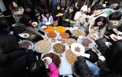 북촌문화센터에서 정월 대보름 음식을 나누는 시민들