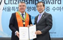 박원순 서울시장은 3월 8일 서울시청에서 토마스 바흐 IOC위원장에게 서울시 명예시민증을 수여했다.