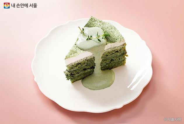쑥의 진한 향이 색과 맛에서 모두 느껴진다. 쑥스럽게 케이크를 한 판 주문할 경우 최소 이틀 전에 연락해야 한다