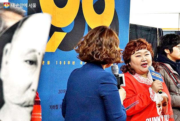 개그맨 홍윤화와 조승희가 독립운동테마역 기념행사를 진행하고 있다.