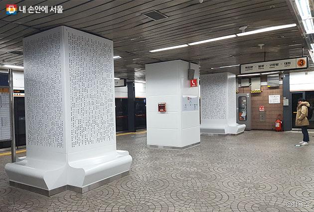 안국역 지하4층 승강장 8개 백색기둥에는 국내외에서 독립운동을 한 무명의 독립운동가들의 이름이 새겨져 있다.