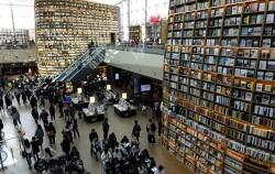 13미터 높이의 대형 거가가 눈길을 사로잡는 별마당 도서관