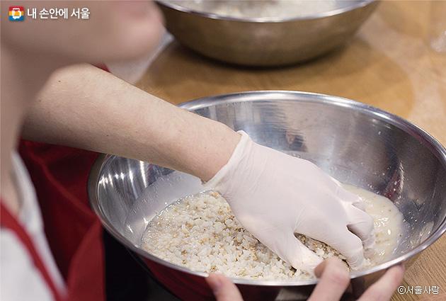 막걸리의 본래 의미는 '쌀이나 각종 곡류와 누룩으로 빚어 막 걸러냈다'는 뜻이다. 이에 걸맞게 찹쌀과 누룩을 섞고, 발효된 것을 보에 거르는 과정을 체험했다