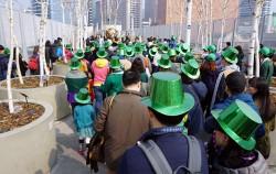 초록모자를 쓰고 나팔을 불며 봄을 알리는 시민들