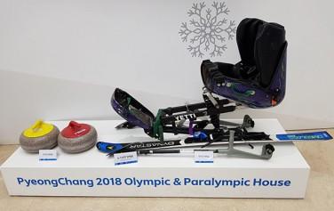 을지로 하나은행본점 로비에 전시된 올림픽기념 전시부스. 장애인 스키복과 장비가 전시되어 있다.