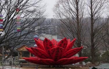 빨간 연꽃을 형상화한 작품 '숨 쉬는 꽃' 꽃잎이 펴졌다 오므림을 반복한다