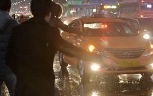 서울시는 세 차례나 승차거부를 한 개인택시운전사에게 삼진아웃제에 따라 택시자격을 취소했다.