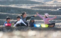 봄나물 캐는 아이들