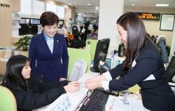 한 학생이 주민센터에서 교통카드와 선불결제 기능이 추가된 청소년증을 발급받고 있다.