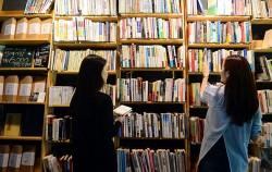 서점에서 책을 고르는 사람들