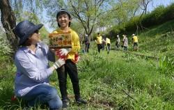 강서한강공원에서 포플러나무 묘목심기에 참여한 가족
