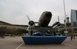 여의도공원에 자리한 C-47기 비행기 전시관