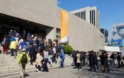 많은 시민들이 재개관한 정동 세실극장으로 들어가는 모습