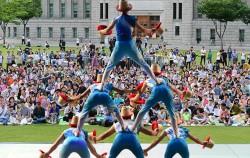 서울광장에서 서커스 공연을 즐기는 시민들