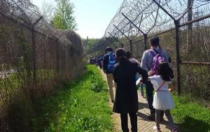 서울시와 함께 DMZ여행을 나선 시민들. 철조망 사이를 걸으니 DMZ여행이 실감났다.