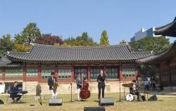4월 금요일마다 덕수궁 즉조당 앞에서 정오의 음악회가 열린다.