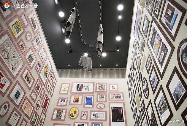 2층 봉제역사관에서 3층에 전시된 봉제 마스터의 작품을 올려다보았다.