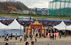 캄보디아의 민족 명절 '쫄츠남'이 안양천변 축구장에서 열렸다