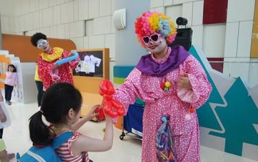 5월 5일 어린이날에는 삐에로가 어린이들에게 풍선을 선물로 나눠준다