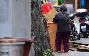 지난 겨울 용산구 쪽방촌에서 한 노인이 폐지수거를 하고 있다