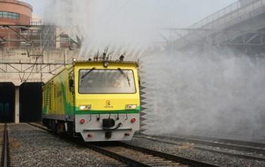 지하철 천장이나 벽 등에 물을 분사해 청소하는 고압살수차