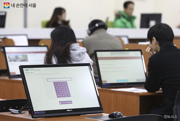 운전면허 응시생들이 컴퓨터 모니터를 보며 학과시험을 치르고 있다.