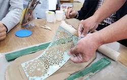 50+남부캠퍼스 도예 체험 수업 중 수강생이 찰흙을 밀어 무늬를 만들고 있다.
