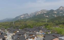 북한산을 병풍삼은 은평한옥마을 전경