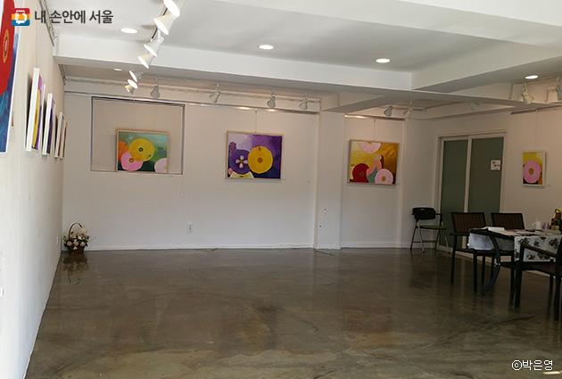 아담한 갤러리 내부. 성북동 작은 갤러리에선 주민 누구나 무료로 전시회를 열 수 있다.