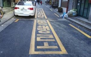 도로교통법 제34조에 따라 소방차(긴급차량)통행로로 표시된 도로구간에 주차할 경우 단속 대상이다