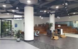 양재 R&CD혁신허브 1층 메인홀과 강의실의 모습