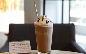 1회용컵 대신 유리컵을, 플라스틱 빨대 대신 스테인리스 빨대를 사용하는 서울새활용플라자 카페