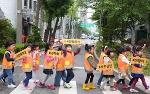 서울시는 무단횡단을 줄이고 스몸비 교통사고를 줄이는 보행안전 강화 대책을 발표했다. 사진은 교통안전 캠페인에 참가한 어린이들.