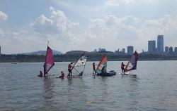 한강에서 윈드서핑을 즐기는 시민들