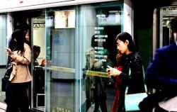 서울시는 지하철 승강장 안전문에 게시할 시 200편을 공모한다.