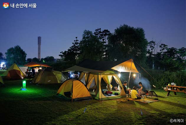 노을공원에서 캠핑하는 가족