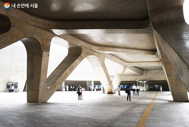 동대문역사문화공원역 근처 동대문디자인플라자 모습