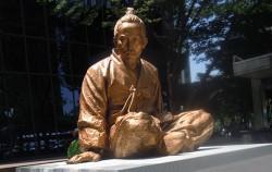 종로거리에 세워진 전봉준 장군의 동상