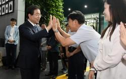 당선 후 첫 출근을 하며 직원들과 인사를 나누는 박원순 서울시장