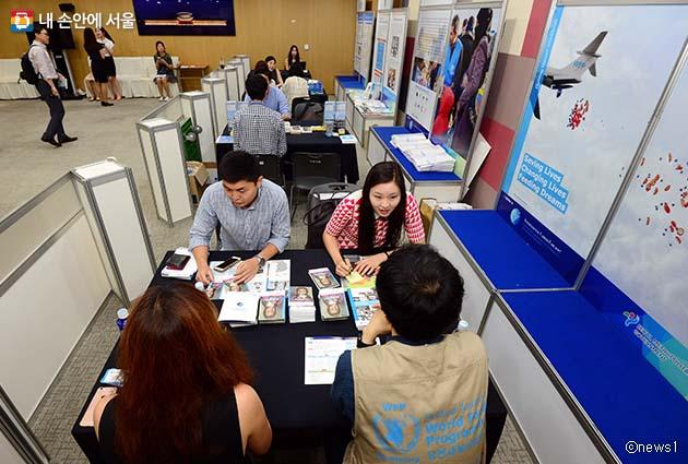 서울소재 국제기구 채용 상담부스에서 상담을 받고 있는 사람들