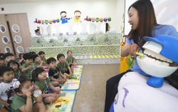 송파구 거여보건지소에서 유치원생을 대상으로 양치 교육을 진행하고 있다