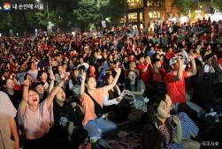 광화문광장에 모인 축구팬들이 대한민국을 외치며 열렬하게 응원하고 있다