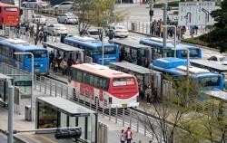 서울역 버스환승센터에 승하차 중인 버스들
