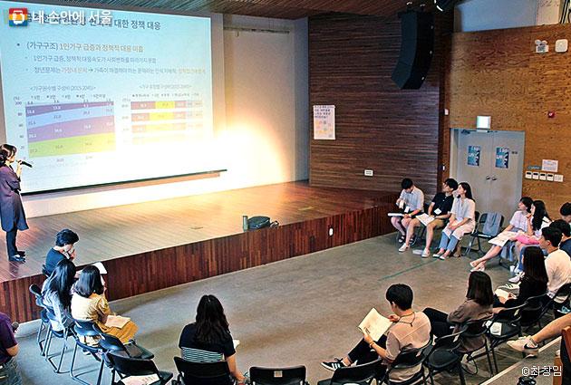 청년주거문제에 대해 토론하고 있는 참가자들
